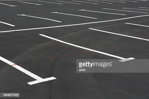 空の駐車場にホワイトのライン