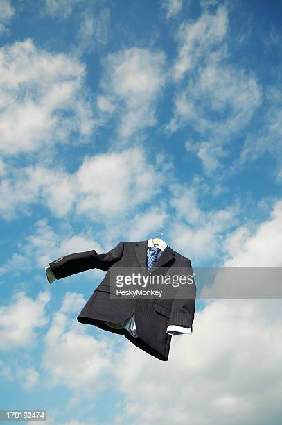 Vacío Pinstripe, a través de las nubes en el cielo azul