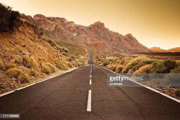 Strada vuota del Parco Nazionale del Teide al tramonto