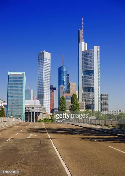 Leere Straße nach Frankfurt ´ s financial district