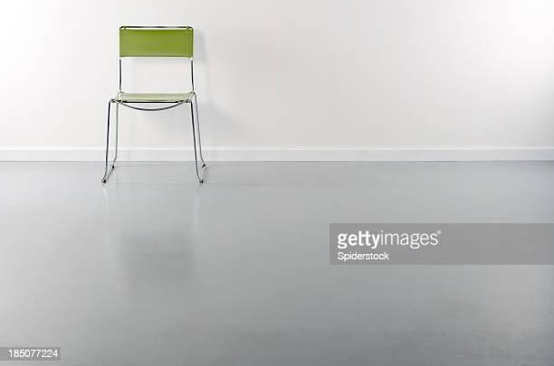 Salle vide avec un fauteuil