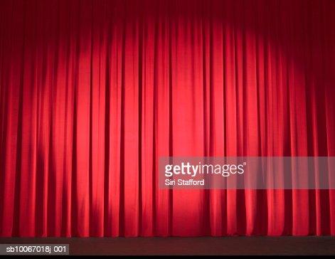 Escenario vacío con cortinas cerrado