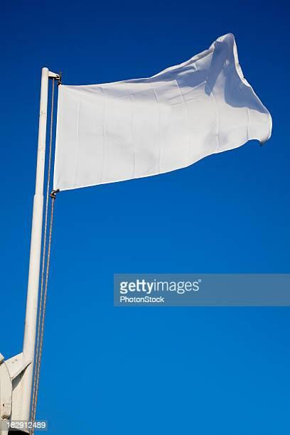 Leere weiße Flagge Wellen vor der tiefblauen Himmel