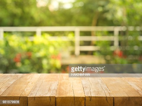 Empty wood table top on blur abstract garden and house background : Foto de stock