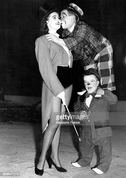 En pleine répétition les clowns nains Hubert et Herbert s'entraident pour pouvoir embrasser la géante Isabella sur la scène de Harringay Arena à...