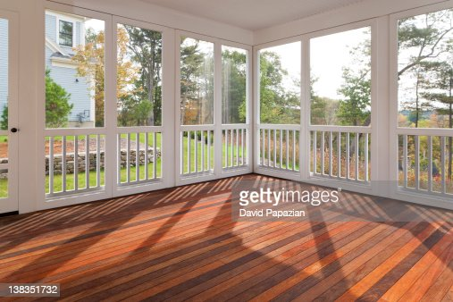 Enclosed outdoor residential deck with hardwood. : Foto stock