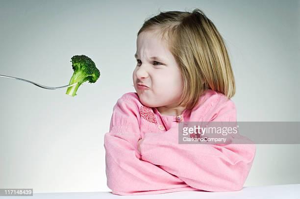 Ermutigende junges Mädchen Essen Ihr Greens