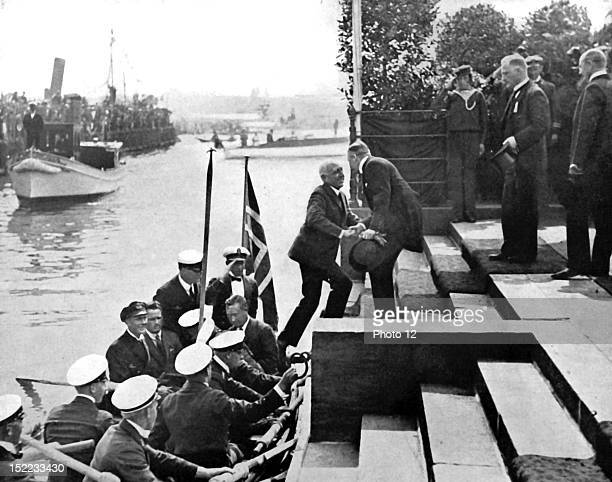 1925 End of Roald Amundsen's expedition to the North Pole Reception in Oslo At the landing stage Amundsen is welwomed by the President of the...