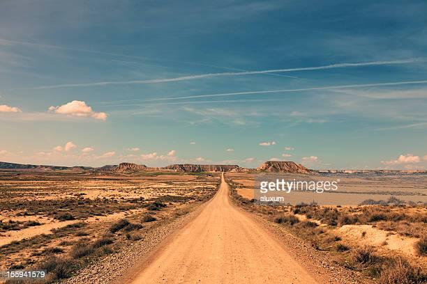 Infinite strada attraverso un paesaggio arido
