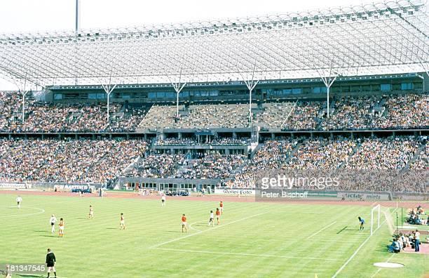 Endspiel der FussballWeltmeisterschaft 1974 BRD Holland München Deutschland Stadion Finale Fussball Publikum Fans Fussballer FussballSpieler SC