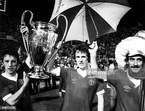 Endspiel um den Pokal der Landesmeister vor 57000 Zuschauern im Olympiastadion von Rom FC Liverpool Borussia Mönchengladbach 31 Die Spieler von...