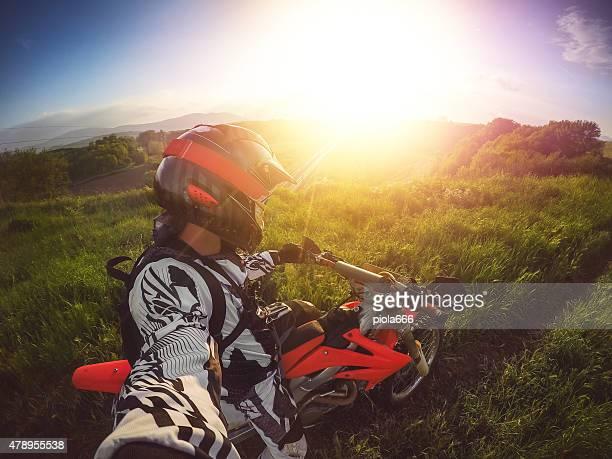 Enduro Motocross-Fahrer, die ein selfie