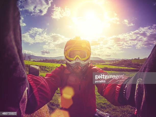 Enduro motociclista di Motocross prendendo una selfie