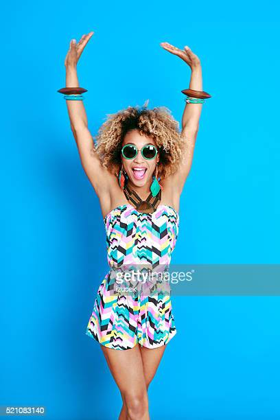 Dynamische Sommer junge Frau, afro-Frisur