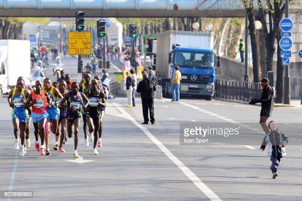 Enfant devant le groupe de tete Marathon de Paris 2010