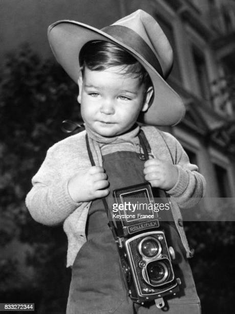 Enfant déguisé en photographe avec un Rolleiflex autour du cou