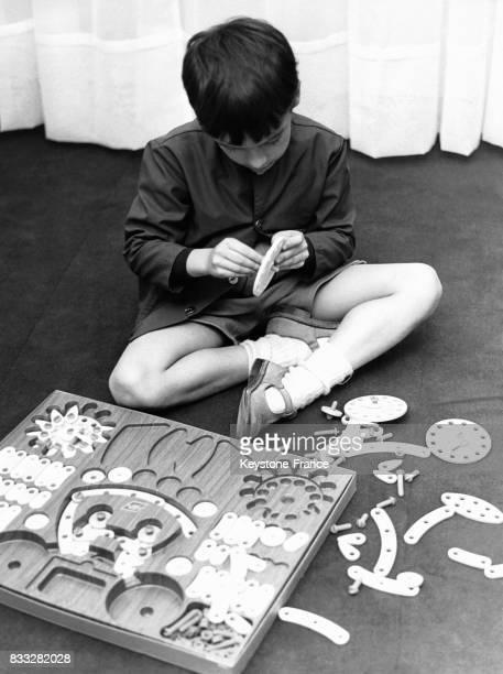 Enfant jouant à un jeu de construction mécanique en France