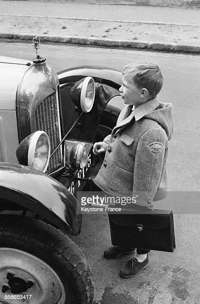 Enfant lors de la rentrée scolaire à Paris France en 1963