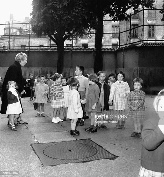 Enfants dans la cour de récréation lors de la rentrée des classes en France le 17 septembre 1954