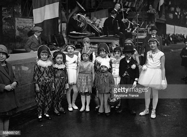 Enfants déguisés lors de la fête du muguet organisée par les 'Forts' des halles dans les halles de Paris France circa 1930