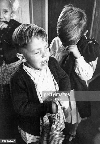 Enfants en pleurs le jour de la rentrée scolaire à Paris France le 20 septembre 1951