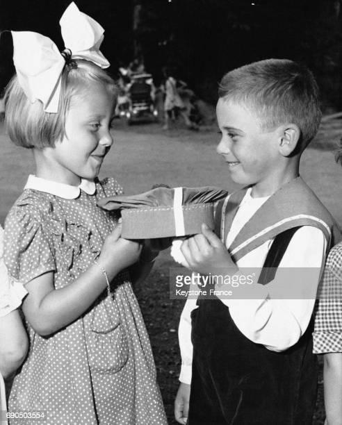 Enfants tenant dans leurs mains le chapeau de diplômé à l'école Shape village accueillant les enfants des officiers de l'Alliance atlantique à...