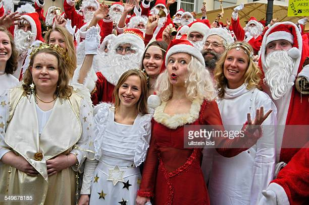 Engel und Weihnachtsmann Pressetermin der Studentenarbeitsvermittlung 'Tusma' Engel und Weihnachtsmaenner vor dem Opernpalais in Berlin
