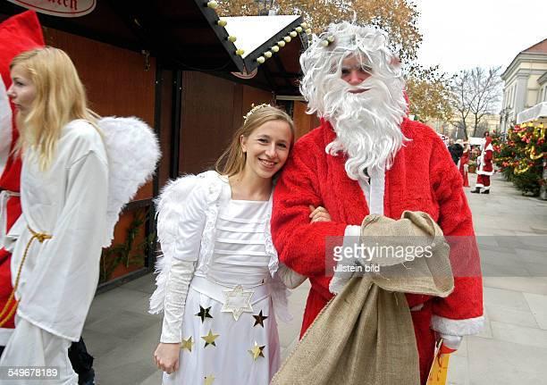 Engel und Weihnachtsmann Pressetermin der Studentenarbeitsvermittlung 'Tusma' Angela Studentin an der FU und Senander aus Mexiko vor dem Opernpalais...