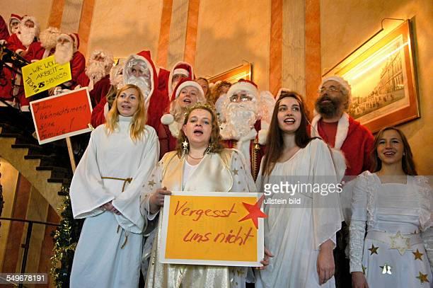 Engel und Weihnachtsmann Pressetermin der Studentenarbeitsvermittlung 'Tusma' Engel und Weihnachtsmaenner auf der Treppe des Opernpalais