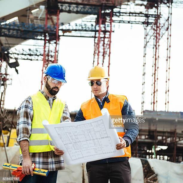 Ingenieur und Bau manager schaut an Technische Zeichnung auf dem Hotelgelände