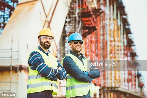 Gestionnaire de construction et ingénieur place face à la prochaine phase de de construction