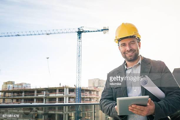 Ingenieur bei der Baustelle