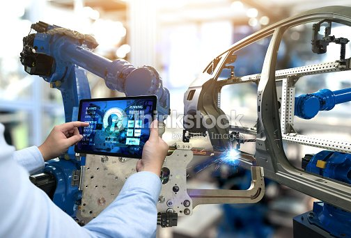 Hand mit Tablet mit Maschine-Real-Time monitoring Systemsoftware-Ingenieur. Automatisierung Roboter Arm Maschine in der intelligenten Fabrik Automobil Industrie Industrie 4. Iot, digitale verarbeitenden Betrieb. : Stock-Foto