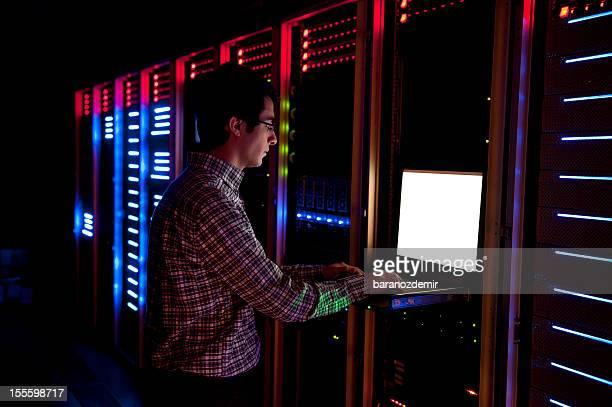 Il ingénieur en Action de configurer des serveurs