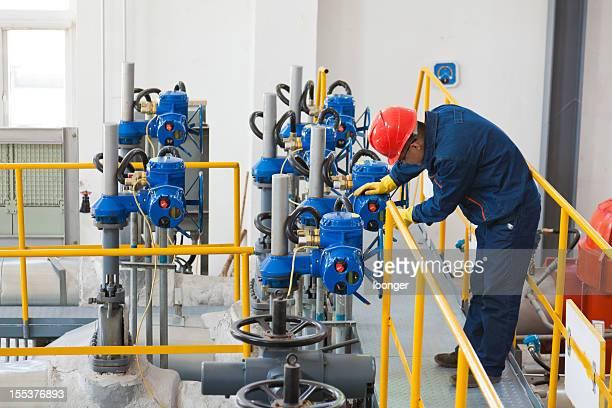 エンジニアのチェック、石油パイプライン機器