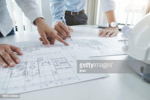 Ingenieur für architektonische Projekt treffen. die Zusammenarbeit mit partner : Stock-Foto