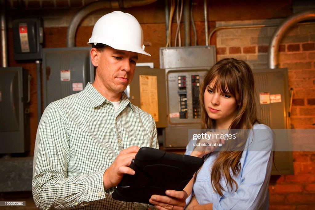 Ingegnere mostrando i piani per donna : Foto stock