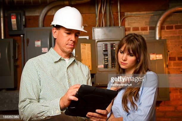 Ingenieur zeigt Pläne Frau