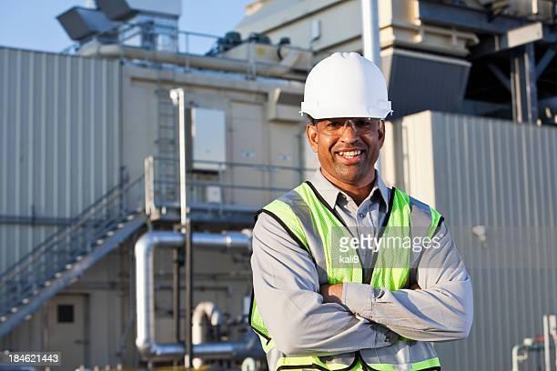 Ingénieur debout près de puissance Générateur d'énergie