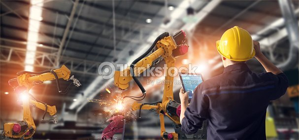 Ingeniero utilizando tablet y controlar automatización robot brazos máquina en fábrica inteligente industrial sobre el control de software del sistema. Soldadura robótica y operación de fabricación digital. : Foto de stock