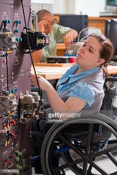 Ingénierie étudiants à étudier en fauteuil roulant permettent un industri