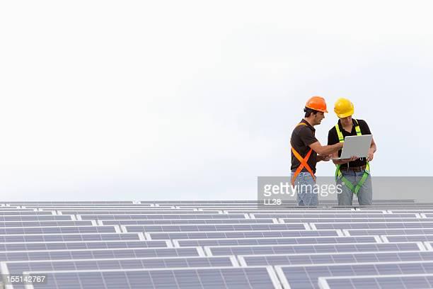 Ingenieure in einer photovoltaic farm