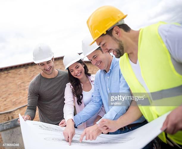 Engineers Blick in die Werkzeuge an einer Baustelle