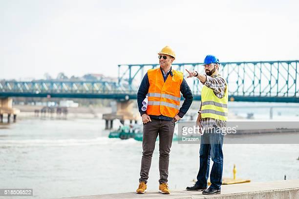 Ingenieure auf Brücke Baustelle über nächsten Umsetzung