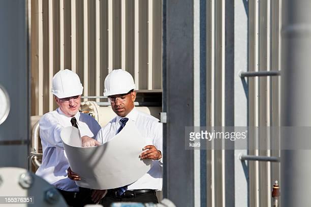 Ingénieurs avec des plans de travail site