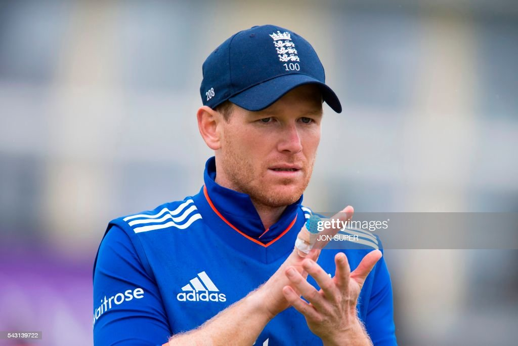 England captain Eoin Morgan applauds his players from the pitch after the Sri Lankan Innings finishes in the third one day international (ODI) cricket match between England and Sri Lanka at Bristol cricket ground in Bristol, south-west England, on June 26, 2016. Sri Lanka, after losing the toss, made 242 for nine against England in the third one-day international at Bristol on Sunday. / AFP / JON
