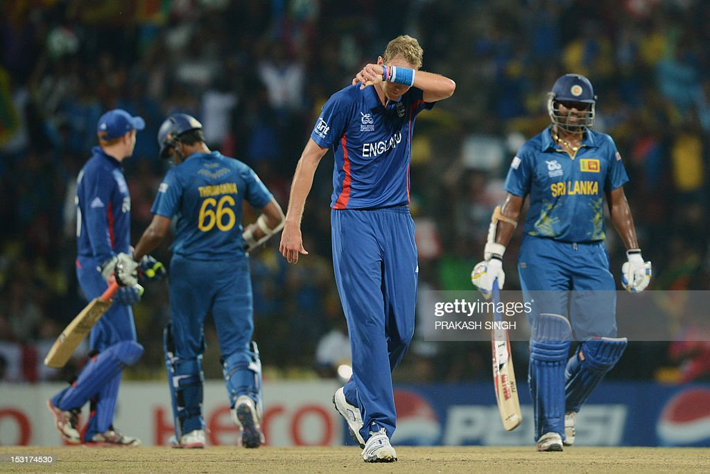 England cricketer Stuart Broad (2R) wipes his sweat as Sri Lanka cricketers Lahiru Thirimanna (2L) and Thisara Perera (R) go back to their creases during the ICC Twenty20 Cricket World Cup's Super Eight match between England and Sri Lanka at the Pallekele International Cricket Stadium in Pallekele on October 1, 2012. AFP PHOTO/ Prakash SINGH