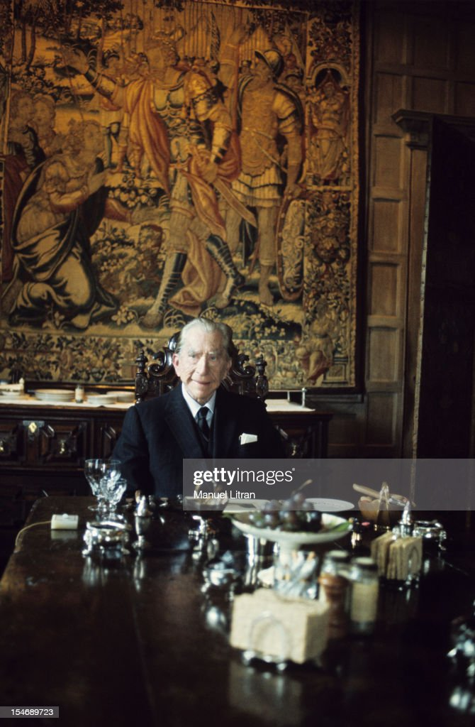 England, in January 1973, billionaire Paul GETTY home, his castle in the sixteenth century, Sulton Palace, 40 km from London. He dined alone at this table of 17 meters long, around which we can reunite sixty guests .