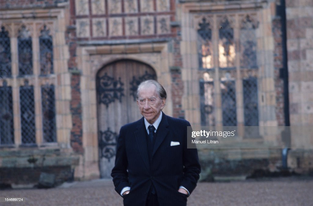 England, in January 1973, billionaire Paul GETTY home, his castle in the sixteenth century, Sulton Palace, 40 km from London. Portrait smiling, in the yard of his property .