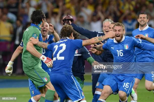 FUSSBALL EUROPAMEISTERSCHAFT England Italien Italienischer Jubel nach dem Elfmeterschiessen Torwart Gianluigi Buffon Antonio Cassano Alessandro...